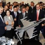 蔡總統出席航太暨國防工業展 觀看F-16模型