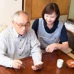 面對失智的家人,你真的知道如何照顧嗎?這7種方法協助他好好生活
