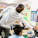 NBA》雷納德回饋洛杉磯 送100萬個書包給學童