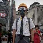 「無憂無慮的暑假泡湯,一夕見識橡膠子彈等武器」香港抗議延燒,學生、家長和老師陷於政治漩渦中
