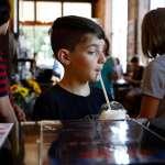 喝咖啡會影響孩子發育嗎?營養專家:比起咖啡因,這個物質對青少年更有害!