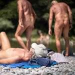 第一次在那裡看見岳母的裸體…他踏進天體營光著身子打桌球,人生有了新的體悟