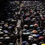 北京國慶・香港國殤》10萬港人參加大遊行,怒吼「賀他老母!」警方發射催淚彈、出動水炮車