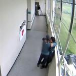 「我告訴他我關心他,他很驚訝……」學生持霰彈槍走進校園,一位體育教練卻走上前擁抱他