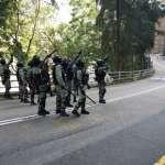 雙十一衝突》香港多間大學成抗爭戰場:黑衣人在校外阻礙交通,警察衝進校園抓人、發射催淚彈