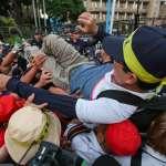 抗議太陽花學運警方判賠111萬 退警抗議爆數波推擠