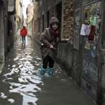 城市正在受苦,遊客卻在拍照、居民站在幾英吋深的水裡喝咖啡…威尼斯水災的詭異街景