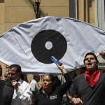 至少20人死亡、逾200位示威者失明⋯⋯智利政府終於承諾修憲公投!