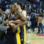 被球迷潑可樂,球員竟衝上看台毆打觀眾!揭開NBA最黑暗的一頁:奧本山宮大亂鬥