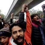 警察闖大學校園逮人!印度反《公民法》大規模示威全面升級