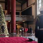 國父紀念館創館47年來首見耶誕樹!2萬3000顆燈飾彩球給「海軍儀隊禮兵」當背景
