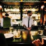 到外國旅行時想上酒吧來一杯,烈酒、不加冰該怎麼說?情境式對話讓你從此上酒吧不用怕