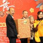 多陪伴父母 韓國瑜與獨居長輩圍爐慶歲末