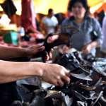 侍應抓來一頭活果蝠、用小刀割喉,客人生喝果蝠血…揭世界最暗黑料理—蝙蝠的烹飪史