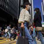 武漢肺炎疫情嚴重,香港要發一萬港幣「防疫紅包」!港府:可帶動本地消費、紓緩市民壓力