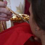 防疫觀念死當!上百信徒「共用湯匙」領聖餐酒,澳洲東正教發言人:病毒不可能透過聖杯傳染