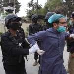 「為患者治療就像自殺!」醫療設備嚴重短缺 巴基斯坦醫師上街抗議竟遭警方痛毆