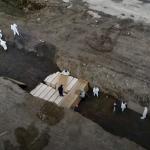 死亡率飆升!紐約哈特島挖超大巨坑葬無名屍:疫情爆發每天要埋這麼多具