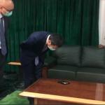 中國大使向奈及利亞議長鞠躬道歉?中國使館嚴正否認:他只是在看桌上手機