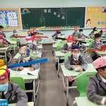 時空穿越?中國復學驚見詭異奇景:宣導「作揖取代握手」、戴「一米帽」 網笑:百官上朝囉