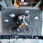 隔離攔不住人類的創意激發!大馬導演神創作在家也能暢騎單車,網友大讚:騎出新境界!【影音】