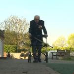 百歲二戰老兵挺身抗疫!徒步繞花園100圈募款11億感動全英國,女王封爵讚他是「明燈」