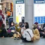 開齋節北車奇景》台鐵禁止席地而坐 大廳空蕩蕩、周邊很熱鬧