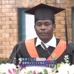 「每年15萬同胞因貧窮而死」他走出最窮祖國,跨過3挑戰拿台大學位