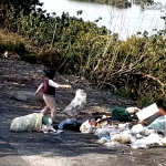 彰縣府透過遠端監控設施拍攝 找出東螺溪亂丟垃圾民眾