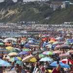 悶太久!英國遊客湧入海灘消暑 當局驚恐宣告「重大事件」