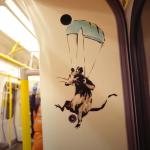 呼籲倫敦客乖乖戴口罩!塗鴉大師班克西扮清潔工潛入地鐵車廂創作 被交通局一視同仁清光光