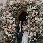 英國碧翠絲公主出嫁!戴著女王73年前的鑽石冠冕、一襲復古嫁紗踏入皇家禮拜堂