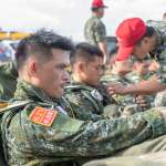 手戴紅底黃邊簡體字臂章 陸軍特戰官兵空降突襲「假想敵」曝光