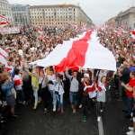 無懼血腥鎮壓威脅!20萬白羅斯民眾逼近總統府,「歐洲最後獨裁者」盧卡申科全副武裝