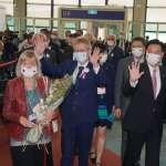 戴「台捷友好」口罩、揮舞我國旗 捷克參議長、布拉格市長訪團抵達台灣