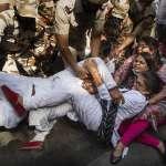 19歲少女遭斷舌輪姦慘死,警方竟連夜焚屍滅跡?「賤民」性侵案牽動種姓制度遺毒,再掀印度全國怒火