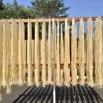 不忍傳統麵線製造技術失傳!夫妻捨棄都市生活、到鄉下和阿婆學製麵,用一生守護記憶中的好滋味