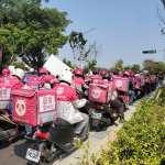 不滿資方變相減薪、比基本工資還少 百名熊貓外送員集結街頭抗議