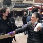 「我們絕不能向種族主義屈服!」持木板反擊白人暴徒的華裔奶奶,將90萬美元募款全部捐給亞裔社區