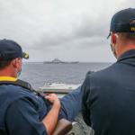 解放軍正式回應美軍「鄙視航母照」:這樣很危險、美軍很惡劣!中國海軍予以警告驅離!