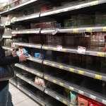 疫情升溫》賣場超市出現搶購潮!衛生紙、泡麵被一掃而空,經濟部回應庫存問題了