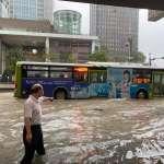 雙北降豪雨,「忠孝東路五段」水流成河淹至小腿!網友現場直擊喊:別再過來了