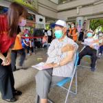 視察新冠疫苗接種站 高市毒防局長林瑩蓉關懷長輩