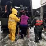 致災降雨轟炸屏東枋寮!鬧區近郊「淹到膝蓋」 國軍協助撤離
