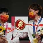 毛澤東跟著中國運動員上台領獎?自行車金牌選手佩戴毛像章,國際奧委會要查