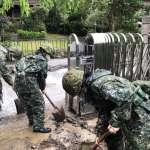 穿梭泥水即刻救援 國軍第四作戰區南部山區救災畫面曝光