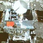 「嫦娥」「玉兔」玩互拍 五星紅旗登月
