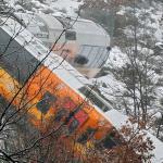 法火車遭落石衝撞出軌  2死9傷