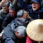 勞動部掛牌 場外勞工與警察推擠衝突