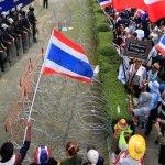 流血事件引激憤 泰總理指揮所遭包圍